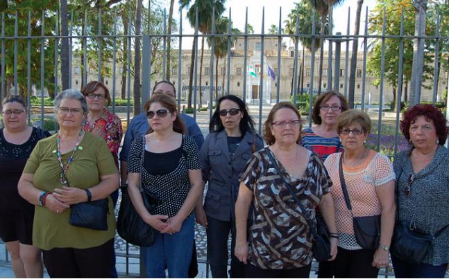 Afectados por el robo de bebés en Sevilla frente al antiguo hospital de las Cinco Llagas, actual sede del Parlamento andaluz, escenario de algunos de los casos más truculentos. (José Luis Gordillo, periodismo humano)